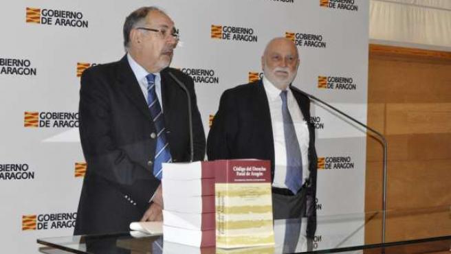 José María Bescós y Jesús Delgado han presentado los cometarios al Código foral.