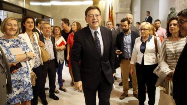 El candidato a la presidencia de la Generalitat, Ximo Puig, a su llegada junto a sus diputados al pleno de Les Corts Valencianes para su investidura.