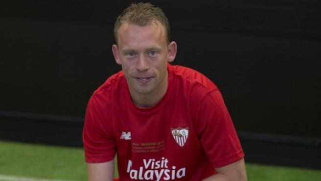 El centrocampista danés Michael Krohn-Dehli vestido con la equipación del Sevilla FC, equipo por el que ha fichado para las próximas dos temporadas y que le presentó este jueves 26 de junio de 2015.