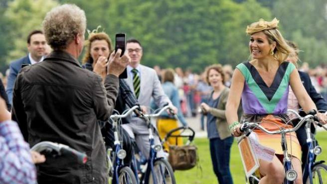 La reina Máxima de Holanda (derecha) circula en bicicleta por el barrio de Leische Rijn durante la inauguración de un parque con su nombre en Utrech (Holanda).