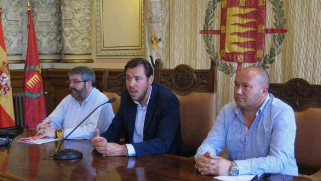 El alcalde de Valladolid, Óscar Puente, junto a representantes de CC.OO.
