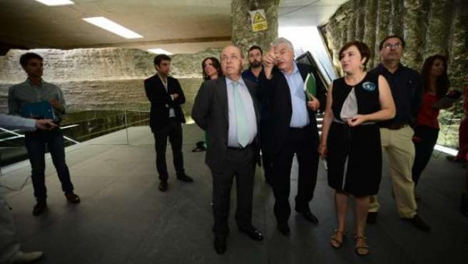 Representantes institucionales visitando la estación el primer día de apertura.