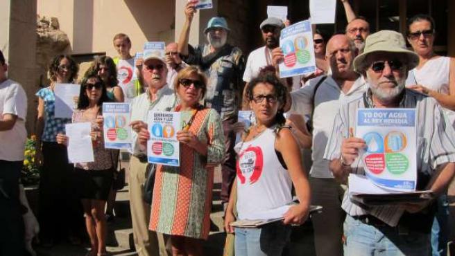 Integrantes de la Acampada Dignidad en una protesta ante el Ayuntamiento