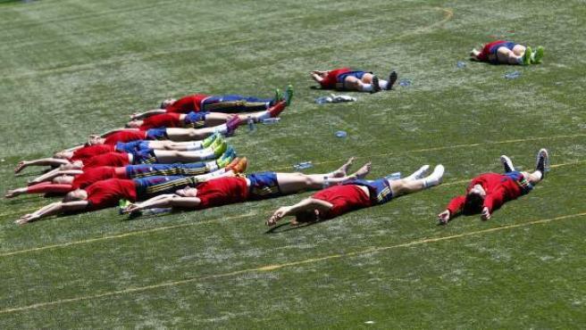 La selección femenina de fútbol estira sobre un campo de la Ciudad del Fútbol de Las Rozas en la preparación para el Mundial de Canadá 2015.