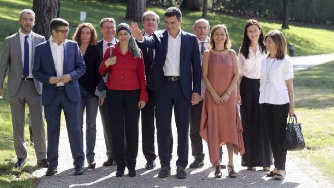 El candidato del PSOE a la presidencia del Gobierno, Pedro Sánchez (c), posa junto a algunos miembros de la Ejecutiva Federal y una decena de los expertos que trabajarán con su partido.