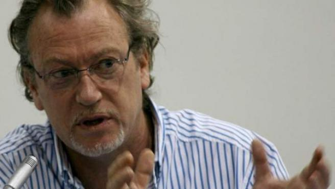 El periodista Jon Lee Anderson durante una conferencia en Colombia.