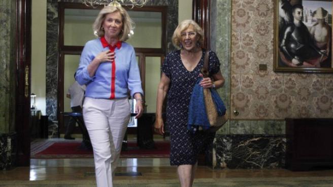 La delegada del Gobierno en Madrid, Concepción Dancausa (izquierda), y la alcaldesa de Madrid, Manuela Carmena, tras la reunión que mantuvieron para abordar diferentes aspectos de colaboración en materia de seguridad entre ambas instituciones.
