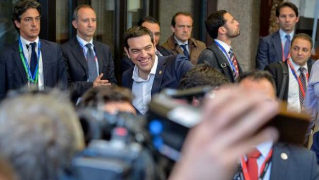 El primer ministro de Grecia, Alexis Tsipras, sale de la primera jornada de la cumbre de jefes de Estado y de Gobierno de la Unión Europea.