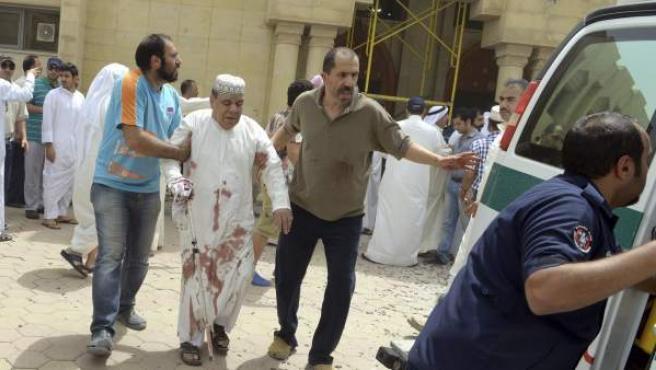 Un hombre herido es trasladado al hospital tras el atentado en la mezquita de Al Iman al Sadik en Kuwait hoy, viernes 26 de junio de 2015. arias personas murieron hoy en un atentado perpetrado contra una mezquita chií en Kuwait, informaron los medios kuwaitíes. El ataque tuvo lugar contra la mezquita Al Iman al Sadik.