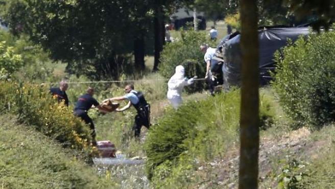 Investigadores de la Policía francesa trabajan en las inmediaciones del lugar del atentado en Saint-Quentin-Fallavier.