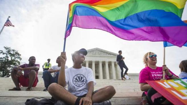 Varias personas participan en una manifestación a favor de la legalización del matrimonio homosexual frente al Tribunal Supremo en Washington, Estados Unidos.