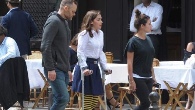 La actriz inglesa Emilia Clarke, con muletas en París en el rodaje de la película 'Me Before You'.