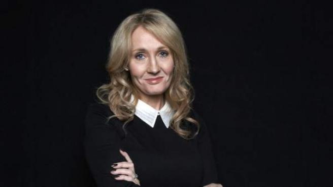 La autora británica J. K. Rowling, posando para los medios de comunicación.