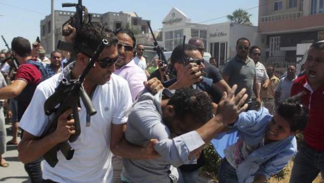 Miembros de las fuerzas de seguridad escoltan a un hombre por las calles de Susa, Túnez.