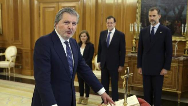 Iñigo Méndez de Vigo, en el momento de jurar su cargo como nuevo ministro de ministro de Educación, Cultura y Deporte ante el rey Felipe VI.