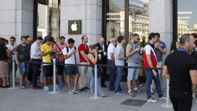 Colas en la entrada de la tienda de Apple en Madrid ante la salida a la venta del Apple Watch.