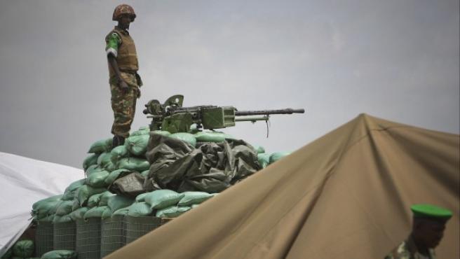 Un soldado de Burundi adscrito a la misión de la Unión Africana en Somalia (AMISOM) en una nueva posición de vigilancia establecida en el norte de Mogadiscio, Somalia, después de la repentina salida de milicianos de la organización islámica Al Shabaab de la capital somalí hace dos semanas. Esta retirada de Al Shabaab, que todavía mantiene el control de amplias zonas del centro y sur de Somalia, se debió en parte a la serie de ofensivas militares llevadas a cabo este año por la AMISOM y las fuerzas de la ONU, respaldadas por el Gobierno Federal de Transición.