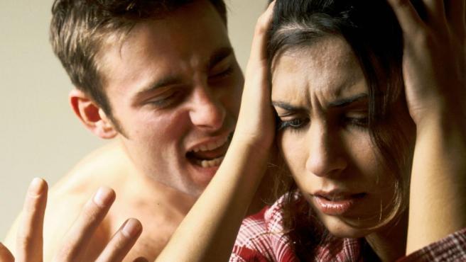 Un hombre gritando a una mujer.