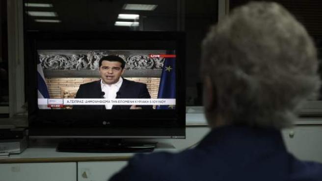 Tsipras anuncia en la televisión griega la convocatoria de un referéndum el 5 de julio.