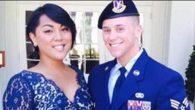 Logan Ireland, del Ejército del Aire, junto a su prometida, Laila Villanueva.