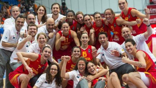 Las jugadoras de la selección española de baloncesto celebran su medalla de bronce en el Eurobasket.