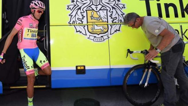 El ciclista español del Tinkoff-Saxo Alberto Contador se prepara para comenzar la decimoctava etapa del Giro d'Italia.