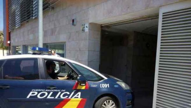 Un coche de policía traslada a un detenido, en una imagen de archivo.