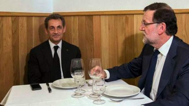 El presidente del Gobierno, Mariano Rajoy, y el expresidente francés y líder de partido Los Republicanos, Nicolás Sarkozy, han compartido un almuerzo en una tasca madrileña, 'La Tasca Suprema', durante el que han degustado un gazpacho, ensaladilla rusa y chipirones. Rajoy y Sarkozy han presidido en la sede nacional del PP una reunión de dirigentes de sus respectivos partidos en la que han analizado la forma de colaborar más estrechamente y plantear propuestas conjuntas a la UE ante asuntos como el futuro de Europa y la lucha contra la inmigración ilegal o el terrorismo yihadista.