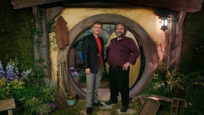 El director de cine Peter Jackson (derecha), junto al actor Martin Freeman, ante una réplica de agujero hobbit para la promoción de la película 'El Hobbit: la Batalla de los Cinco Ejércitos' en Londres.