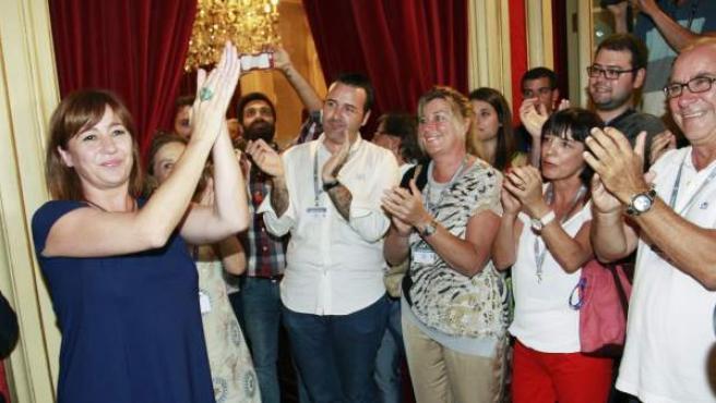 La socialista Francina Armengol (i) tras ser elegida presidenta del Govern balear gracias a los votos del PSIB-PSOE, los econacionalistas de MÉS y los diputados de Podemos, este martes en el debate de investidura celebrado en el Parlament balear.