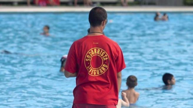 Imagen de archivo de un socorrista en una piscina.
