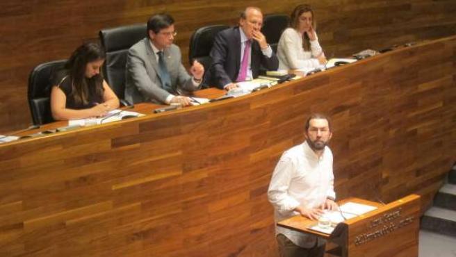 Emilio León interviniendo en la Junta General del Principado de Asturias
