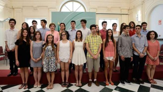 Grupo de jóvenes homenajeados por la Junta en Granada.