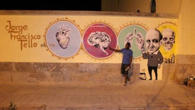 Coché Tomé posa junto al grafiti de 'Jorge Francisco Tello'