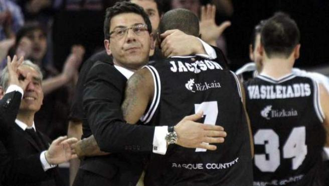 Fotis Katsikaris, entrenador del Gescrap Bilbao, abrazando a Aaron Jackson.