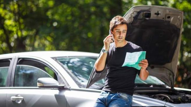 Un hombre da parte a su seguro tras tener una incidencia con su coche.