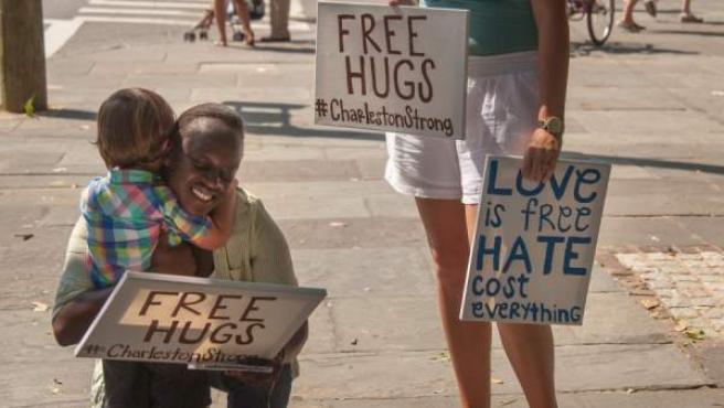 Un padre cuelga en Facebook la foto del abrazo de su hijo a una mujer negra, en plena tensión racial en Charleston, EE UU.