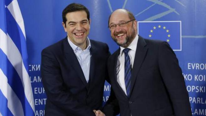 El presidente del Parlamento Europeo (PE), Martin Schulz (d), da la bienvenida al nuevo primer ministro griego, Alexis Tsipras