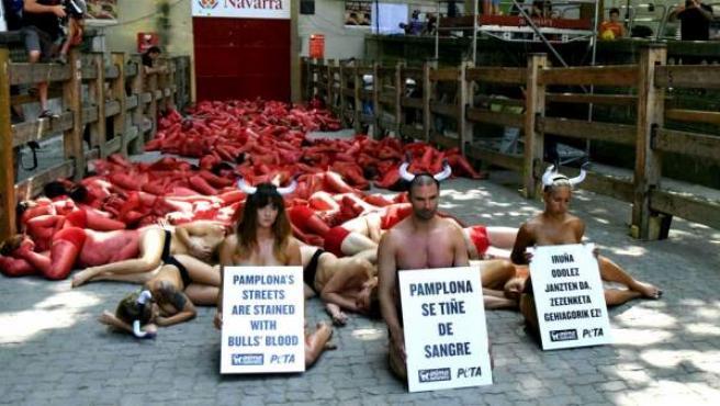 Protesta antitaurina en Pamplona este 4 de julio de 2015.