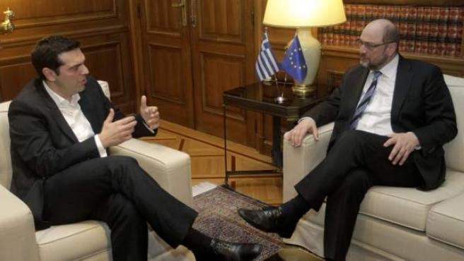 El nuevo primer ministro griego, Alexis Tsipras, conversa con el presidente del Parlamento Europeo, Martin Schulz (d), durante su reunión en Atenas.