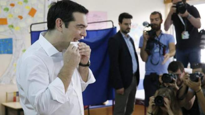 El primer ministro de Grecia, Alexis Tsipras, cierra el sobre en el que va su voto en el referéndum griego del 5 de julio.