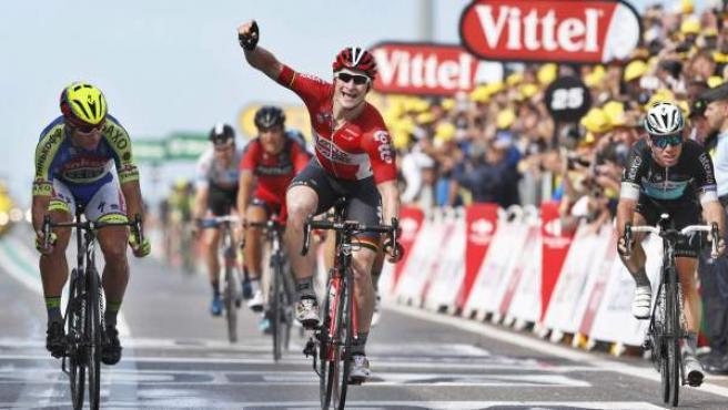 El alemán André Greipel logra la victoria en la meta de Zelande, por delante de Peter Sagan (i), Fabian Cancellara (fuera de la imagen) y Mark Cavendish (d).
