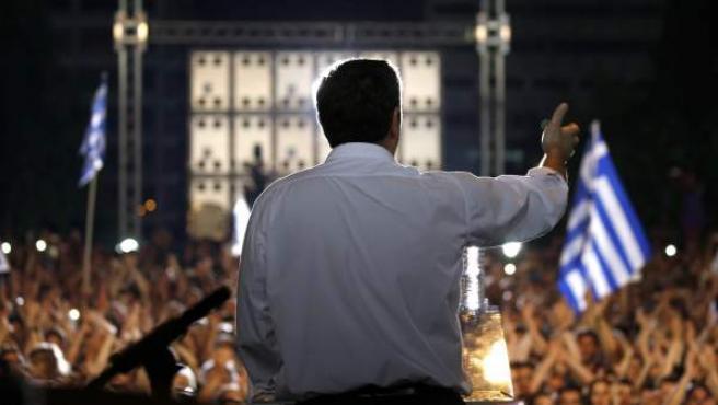 Alexis Tsipras, de espaldas, arenga a los partidarios del 'no' antes de los comicios de este domingo.
