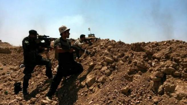 Soldados de las fuerdas kurdas de Peshmerga y voluntarios chiítas toman posiciones en la ciudad de Amerly, al noreste de Bagdad, Irak.