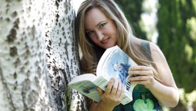La periodista y escritora Aranzazu Serrano Lorenzo, con su primer novela, la fantasía nórdica 'Neimhaim', editada por Penguin Random House.