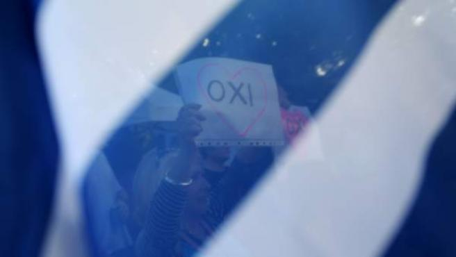 """Una mujer sostiene una pancarta donde se puede leer 'No' (""""OXI"""") a las propuestas de Bruselas realizadas a Grecia, objeto del referéndum de este 5 de julio."""