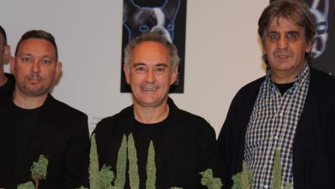 El cocineros Albert y Ferran Adrià junto a Juli Soler, quien dirigió el restaurante El Bulli durante 30 años, posan junto a la maqueta de ElBulliFoundation.