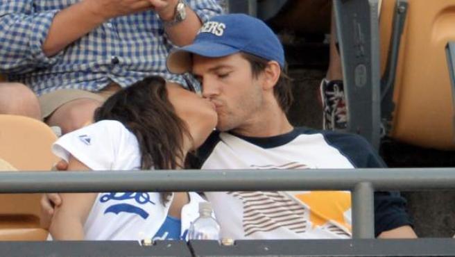 Los actores Mila Kunis y Ashton Kutcher durante un partido de baseball.