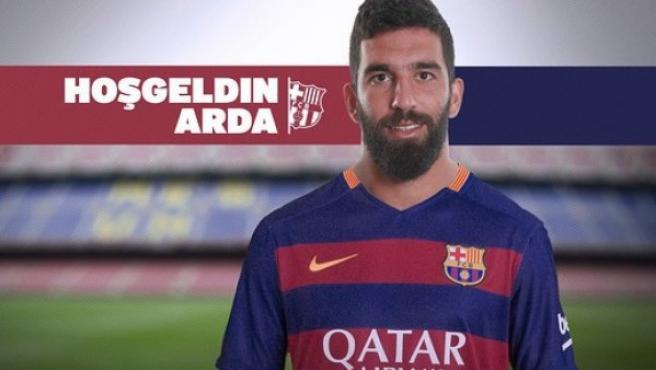 Arda Turán posa con la elástica del Fútbol Club Barcelona.