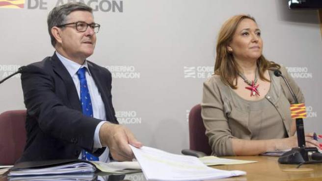 El consejero de Presidencia, Vicente Guillén, y la consejera de Educación, Mayte Pérez, en el primer Consejo de Gobierno de la DGA con Javier Lambán al frente del Ejecutivo.